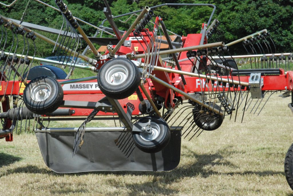 The MF RK 662TRC rake in action