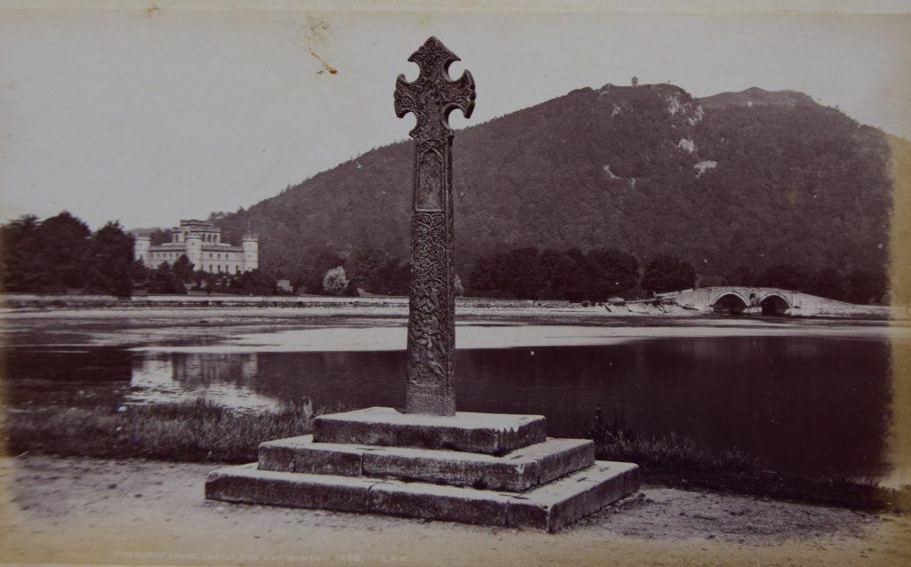 The cross, castle and Dun na Cuaiche, Inveraray
