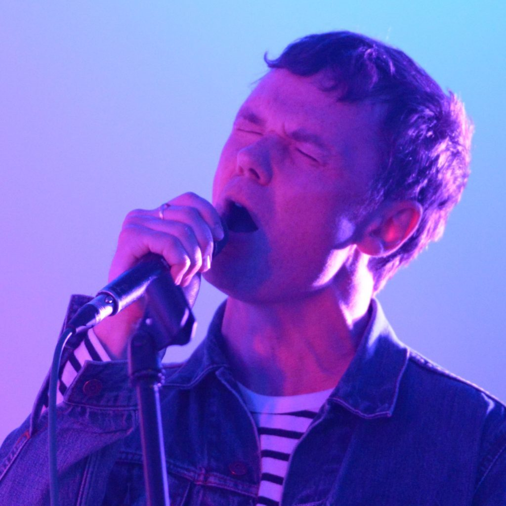 Roddy Woomble belts out Caruso.