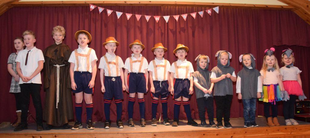 The cast of Rhunahaorine Primary School's play.