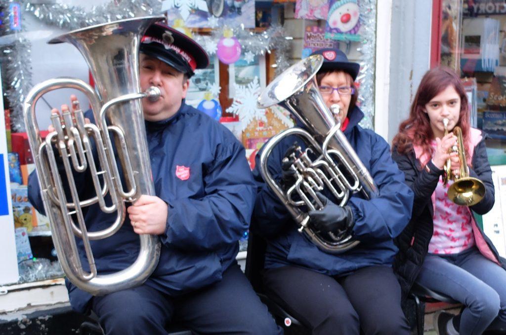 Street performers Christmas cheer
