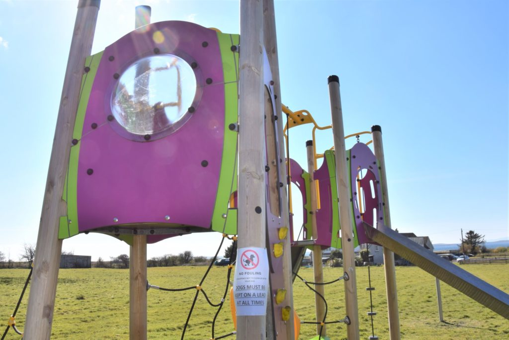Signs urging dog owners to be responsible have been erected at the Tayinloan playpark.
