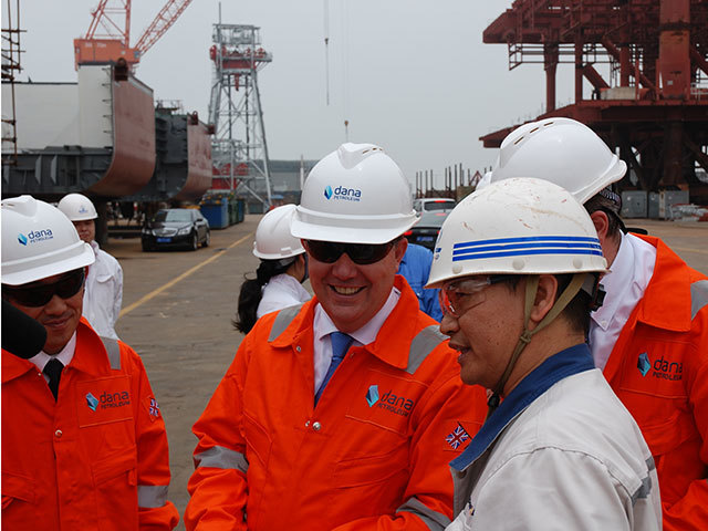 Dana's group CEO Marcus Richards, centre, with Tang Shengtao of COSCO Shipyard Group, left