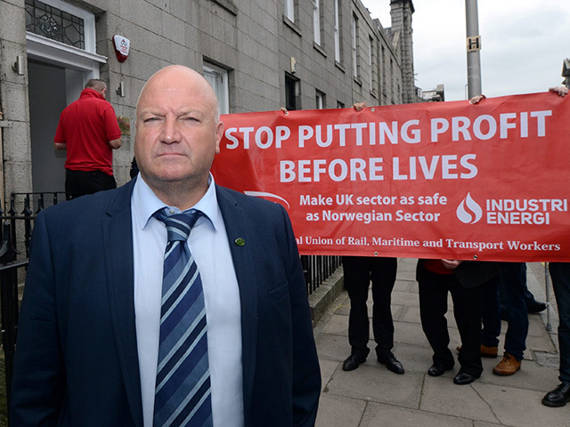 Bob Crow on the steps of the RMT's Aberdeen office with protesting offshore workers
