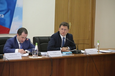 Russian Energy Minister Alexander Novak (right)