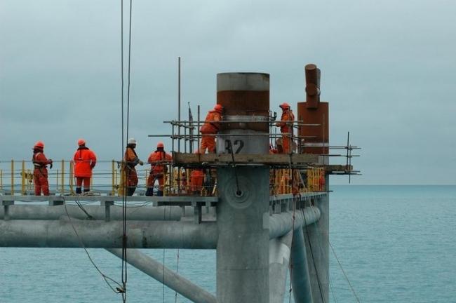 Oranje-Nassau employees working on a steel jacket.