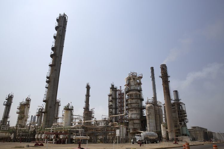 The Petroleos Mexicanos (PEMEX) Antonio Dovali Jaime refinery stands in Salina Cruz, Mexico. Photographer: Susana Gonzalez/Bloomberg