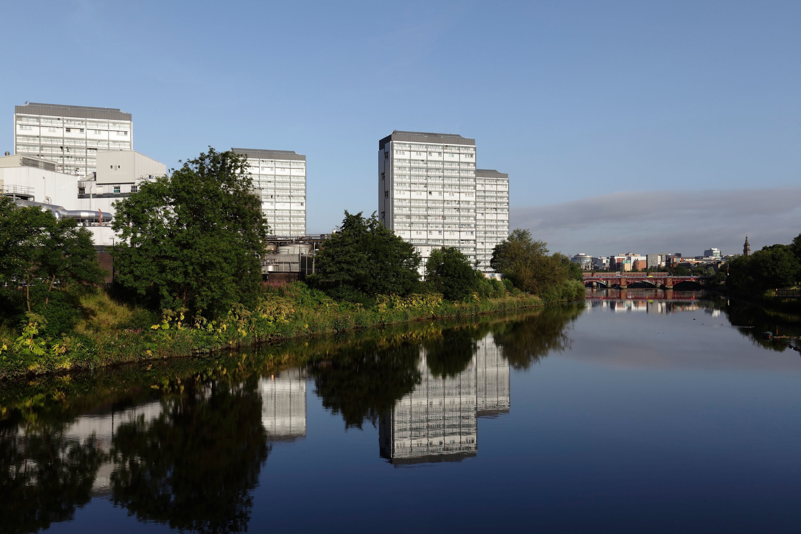 View West along the River Clyde to housing tower blocks in the Gorbals area of Glasgow, Scotland, UK