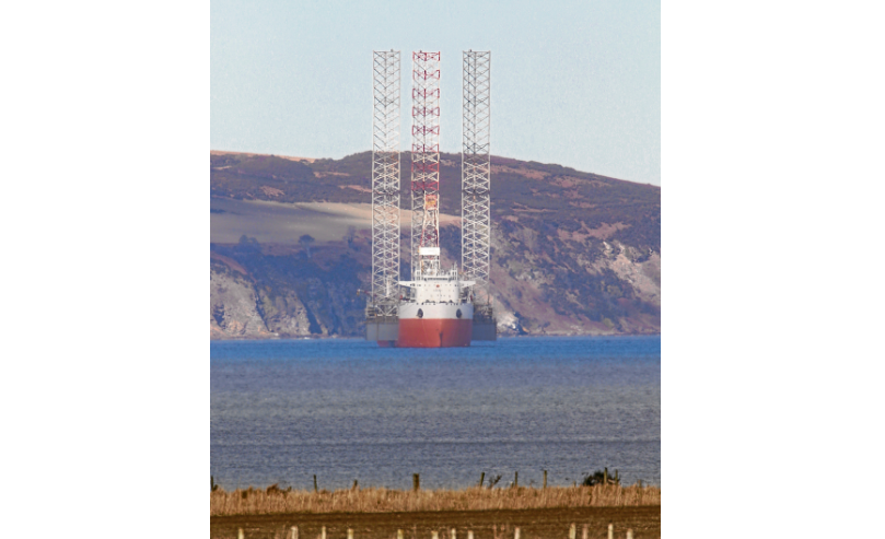 Hua Yang Long carrying a jack-up rig in the Moray Firth