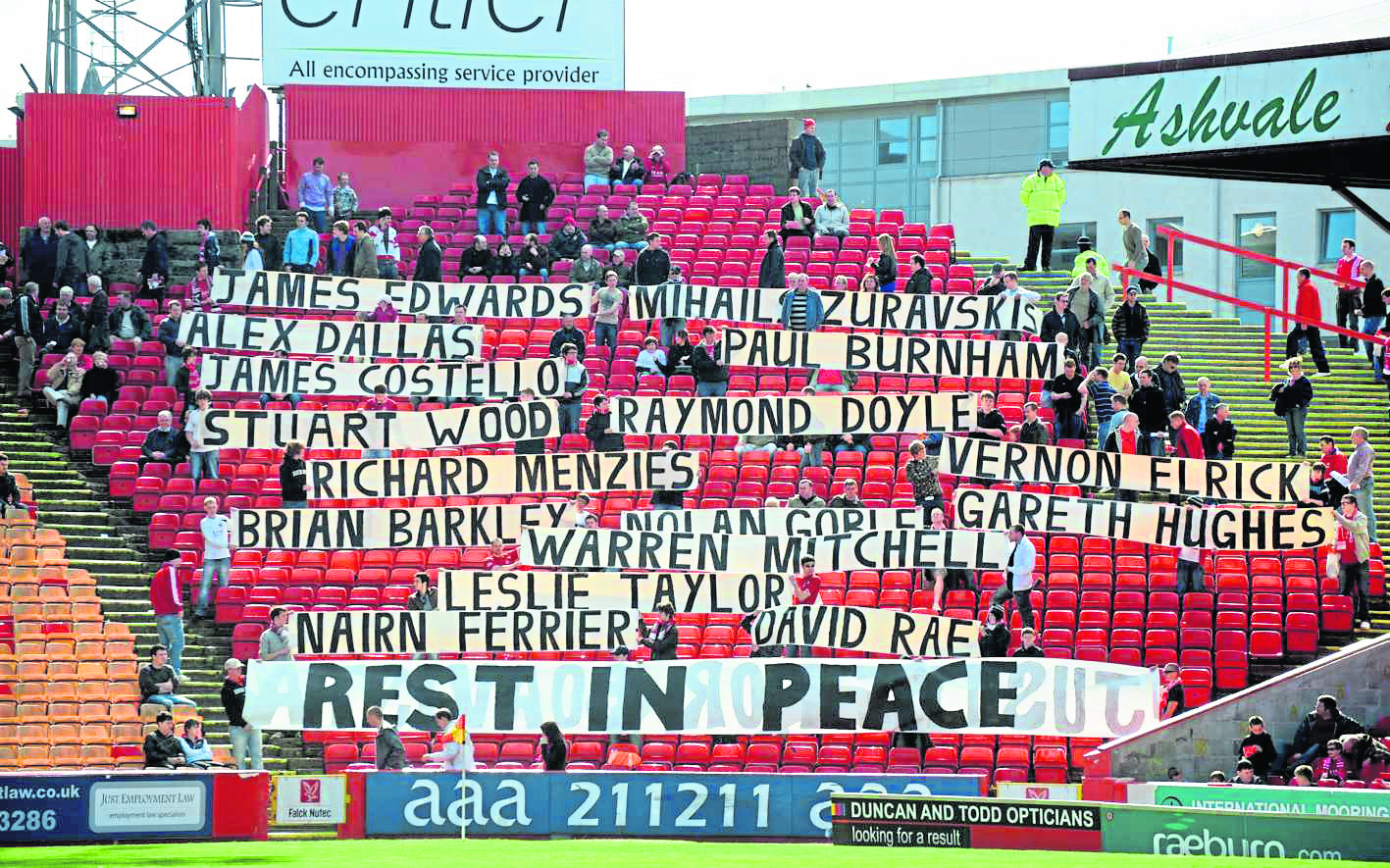 Tribute to the crew and passengers of the Super Puma crash before the game against Inverness Caley Thistle at Pittodrie. Pic by Raymond Besant. 11/04/09