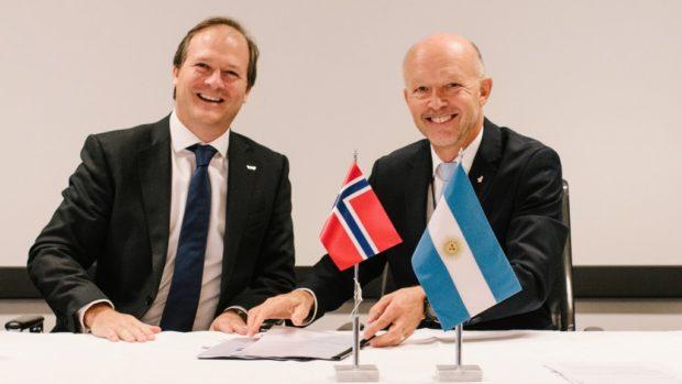Tim Dodson (right), Equinor's executive vice president for Exploration, and Daniel González, YPF's CEO. (Photo: Ole Jørgen Bratland / Equinor ASA)