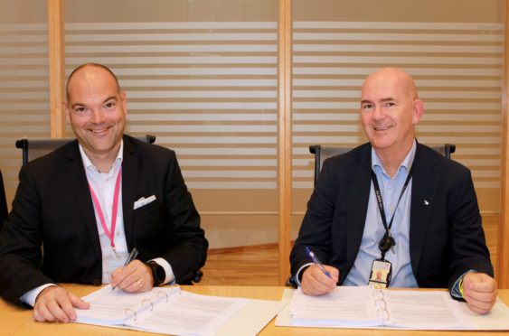 Christian Busengdal (left), European business director for Sinomine Specialty Fluids and Jarle Gaard, procurement manager at Equinor, sign a long-term contract for supply of cesium drilling and completion fluids on the Norwegian Continental Shelf.
