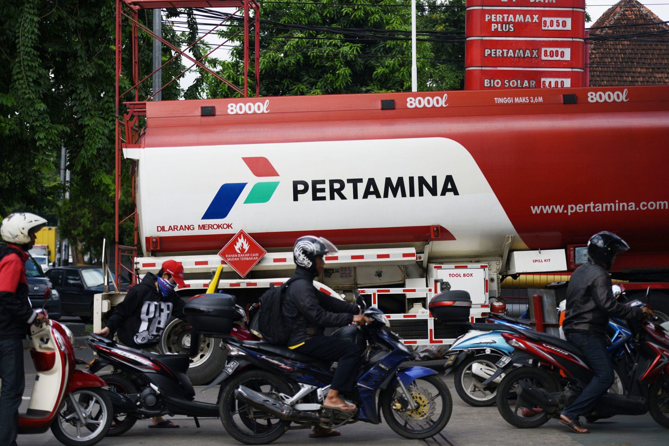 Motorcyclists wait in line in front of a tanker truck at a PT Pertamina gas station in Jakarta, Indonesia, on Wednesday, Jan. 21, 2015. Photographer: Dimas Ardian/Bloomberg
