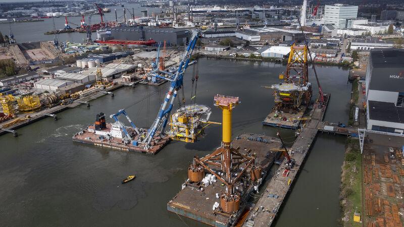 The Blythe platform being lowered onto a transportation barge in Schiedam, Netherlands.