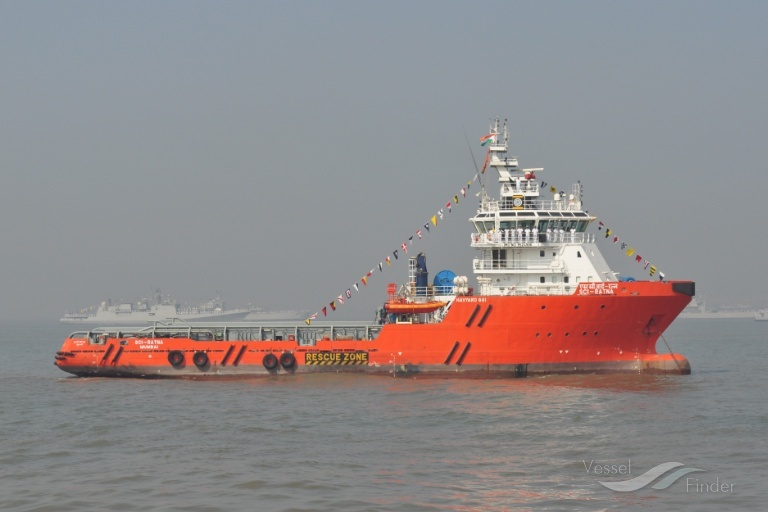 Oil supply vessel sinks off India