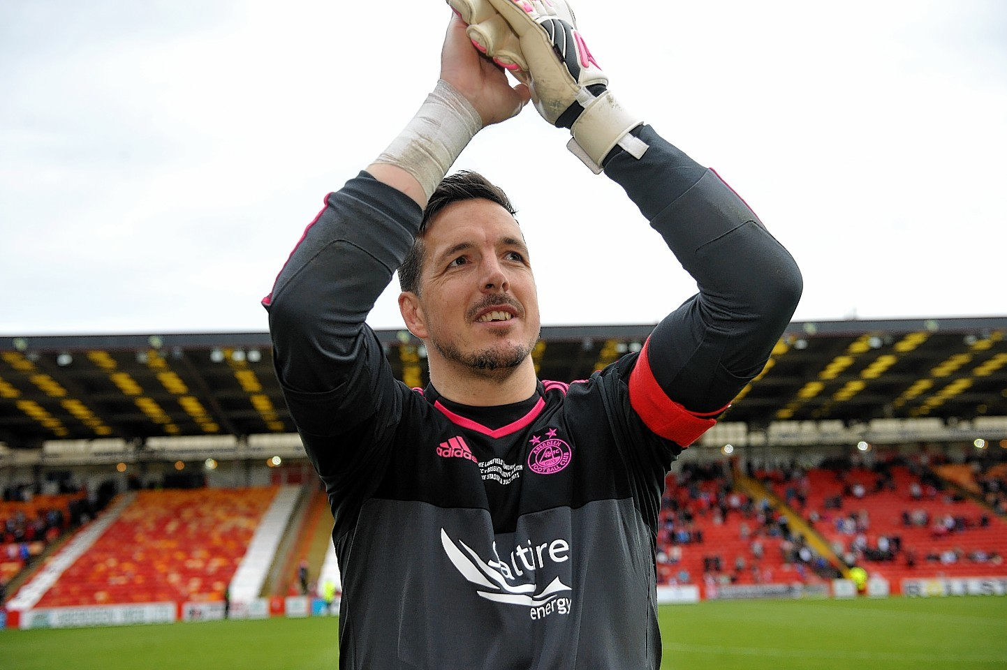 Jamie Langfield thanks the crowd at full time. Pictures by Kath Flannery.