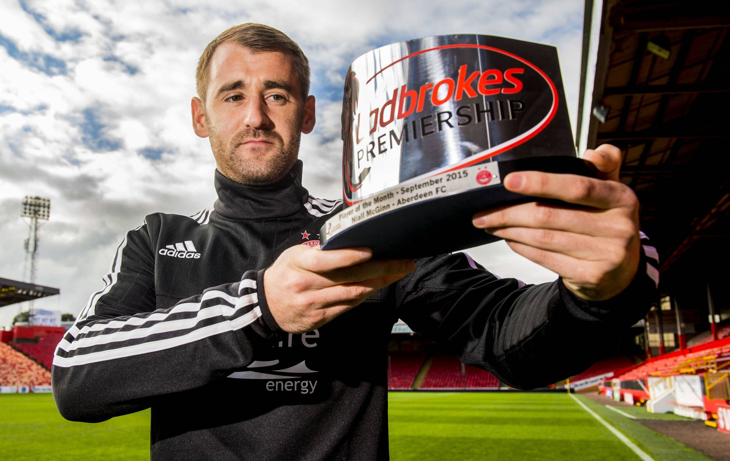 Niall McGinn is presented with the Ladbrokes Premiership Player of the Month award for September.