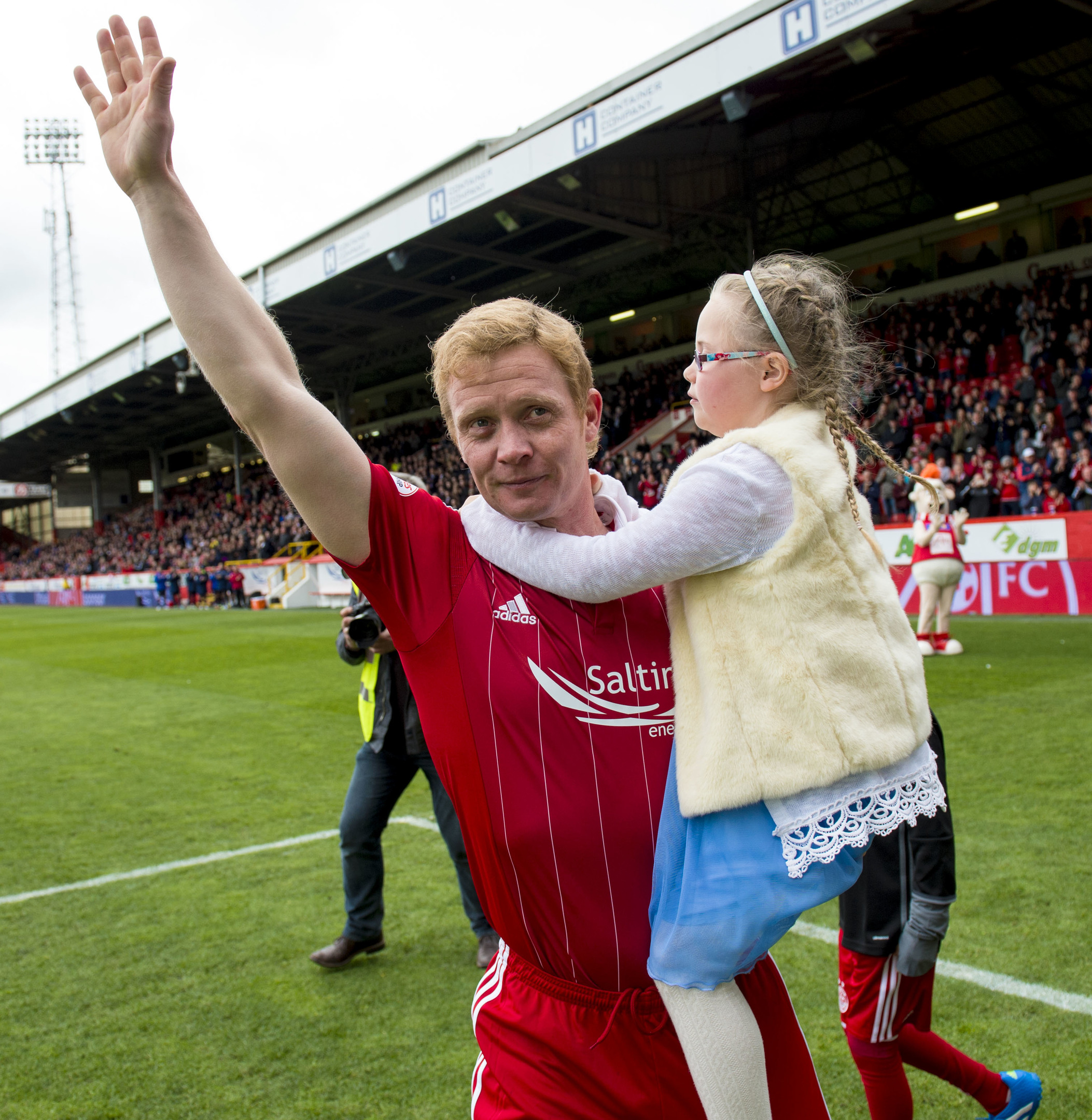 Aberdeen's Barry Robson show his appreciation to the fans