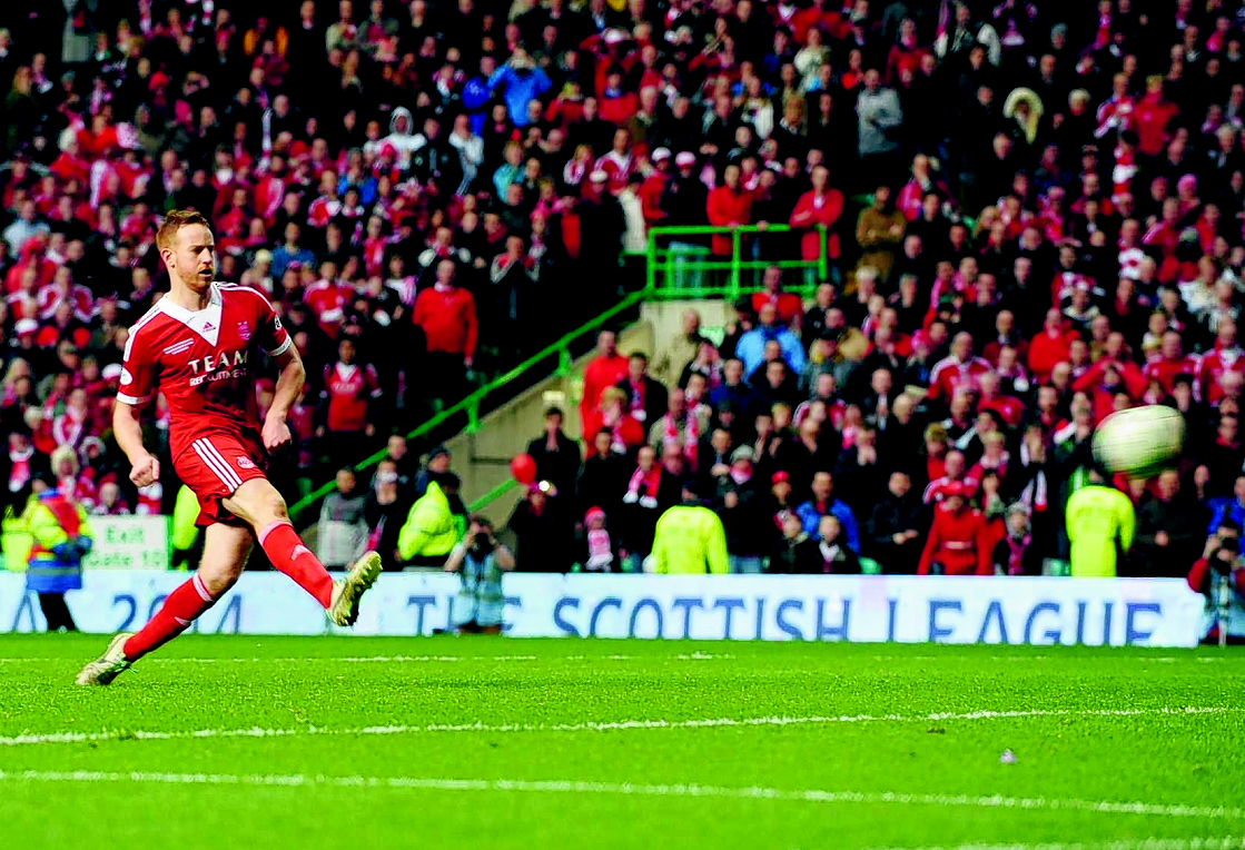 Adam Rooney scoring his penalty as Aberdeen won the League Cup in 2014.