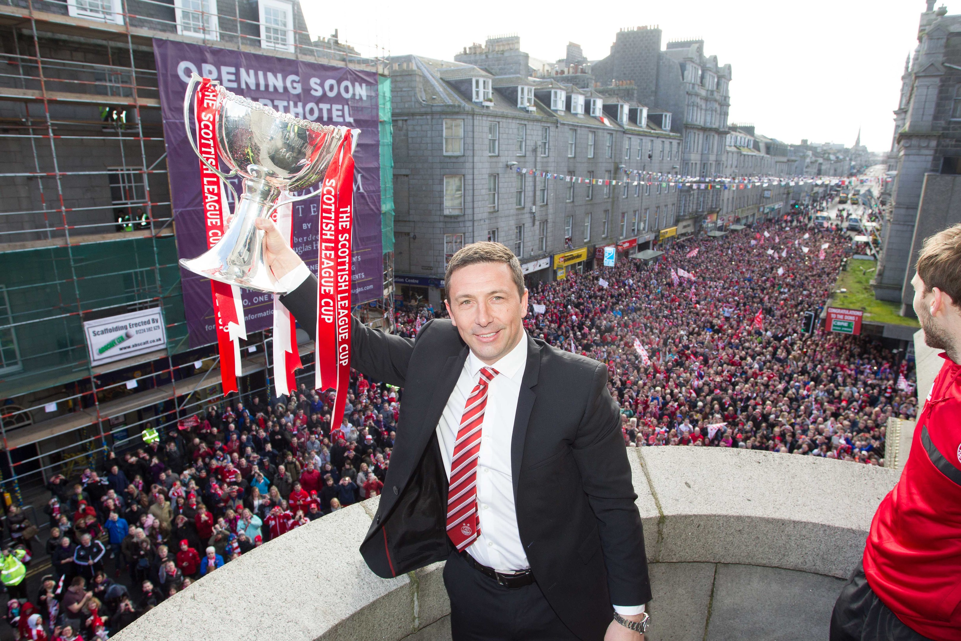 Manager Derek McInnes shows the League Cup to the Dons fans in Union Street in 2014.