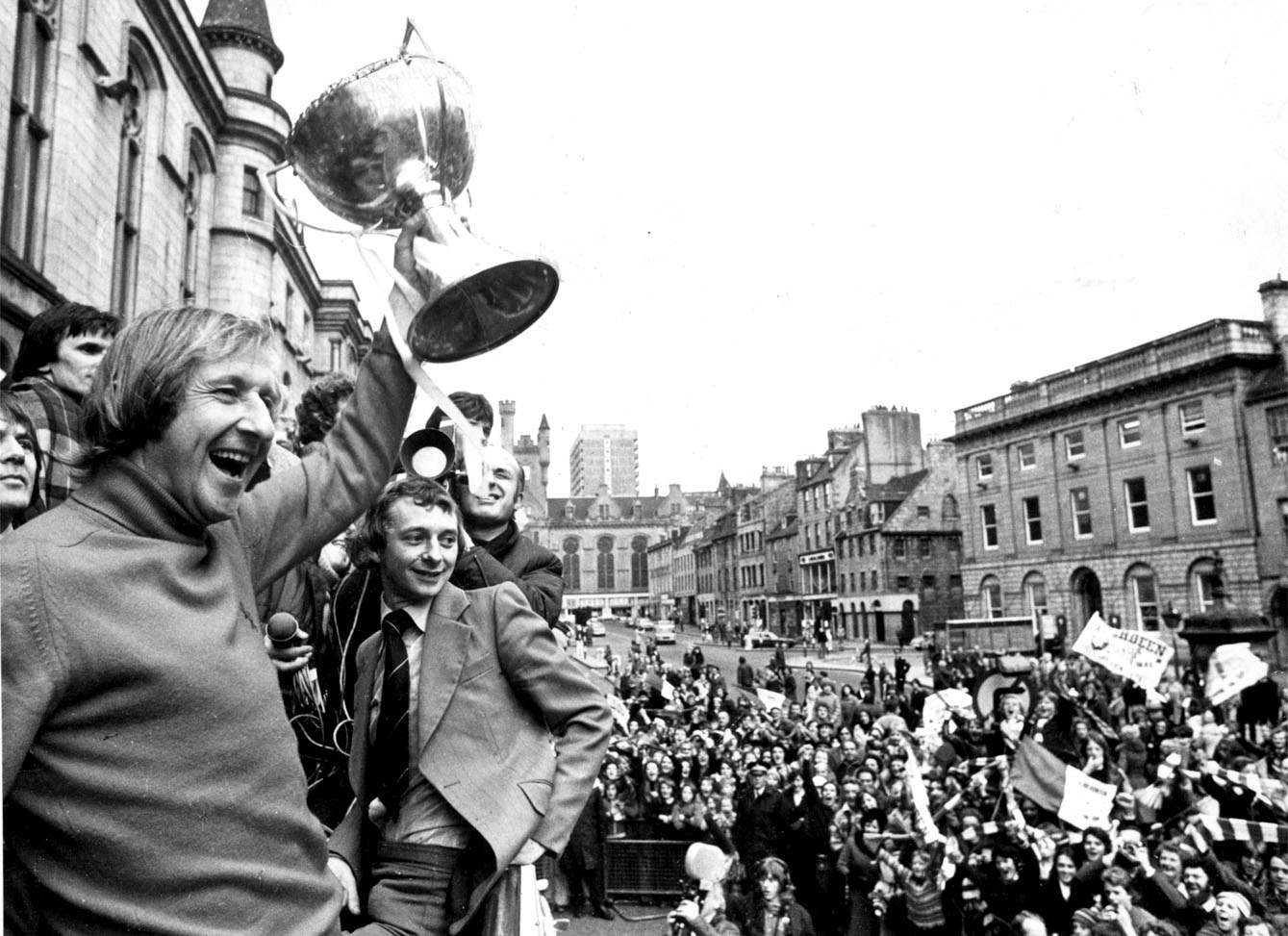 Aberdeen manager Ally MacLeod waves the League Cup trophy in 1976.