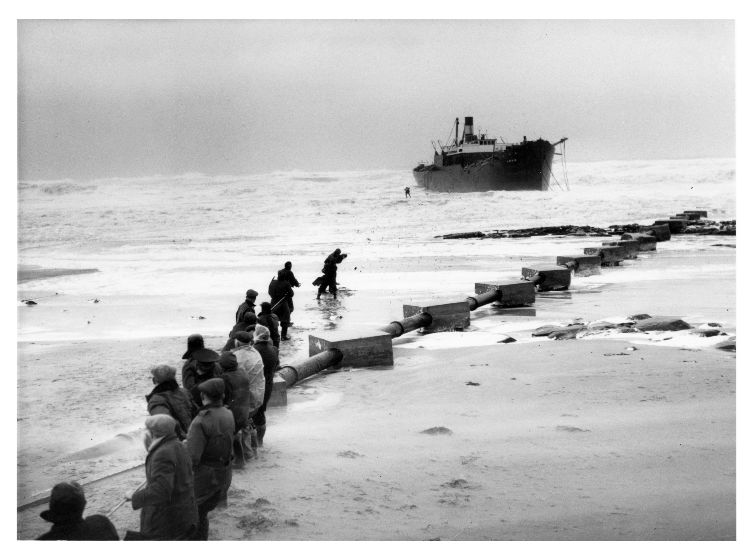 The Finnish cargo steamer Anna ran aground at St Combs after losing its rudder.