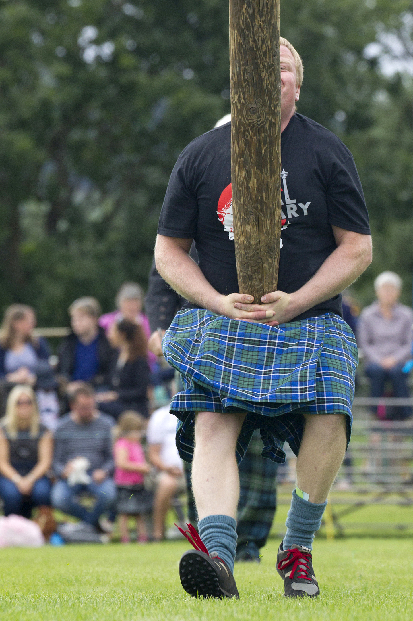 Caber 2 - Tommy Fyvie of Aboyne tossing the caber