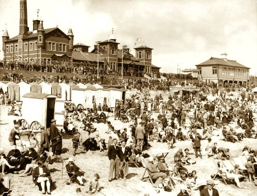 1930s Crowds flock to Aberdeen Beach in the 1930s to enjoy the sands and to swim in the saltwater pool at the hugely-popular Beach Baths