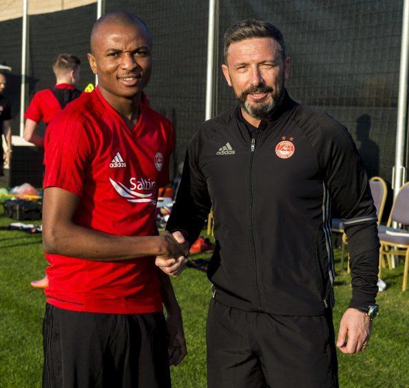 Aberdeen manager Derek McInnes (R) with new signing Chidi Nwakali.