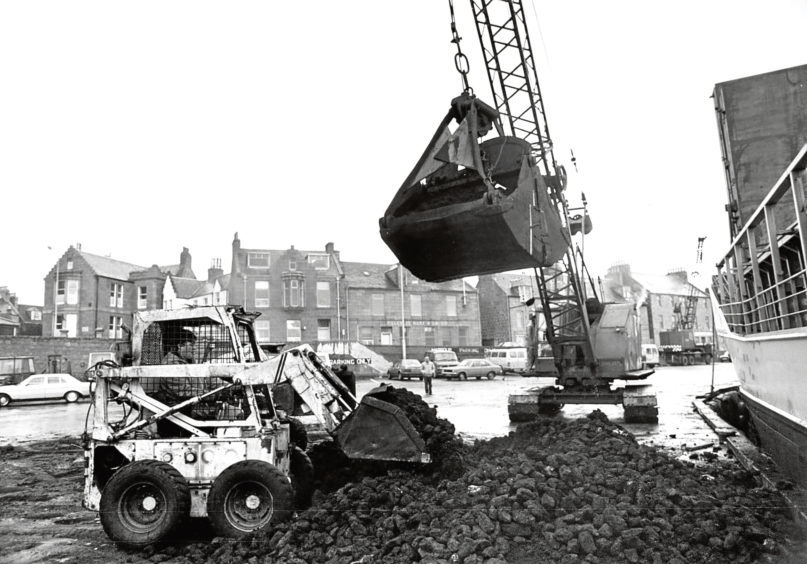 1987: Peat is loaded on a ship heading for Sweden