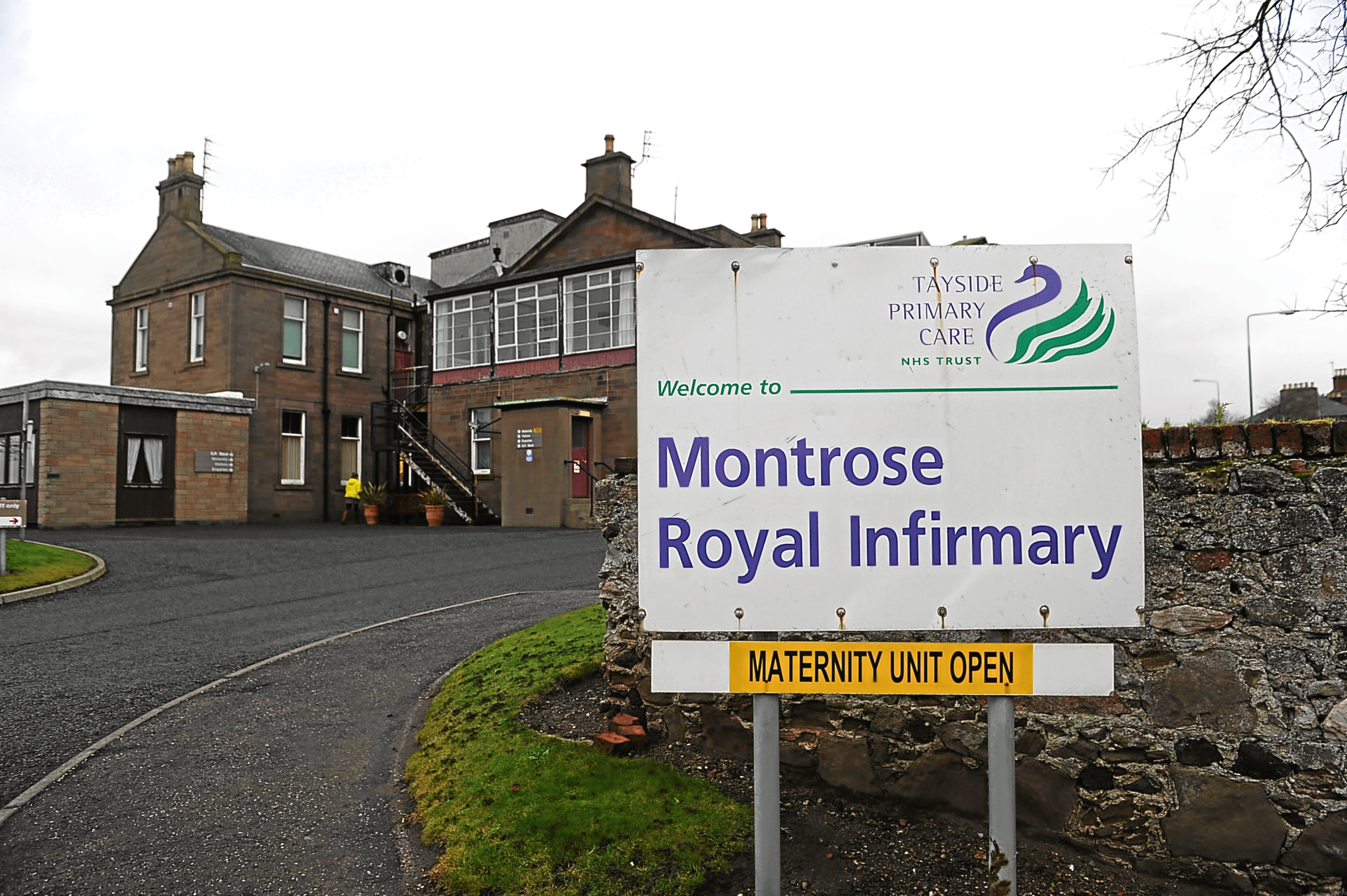 Courier News - Angus - Rob McLaren story, for story about closure fears for the Montrose Royal Infirmary. Picture Shows; general view of the Montrose Royal Infirmary in the background, Bridge Street, Montrose, Tuesday 20 December 2016