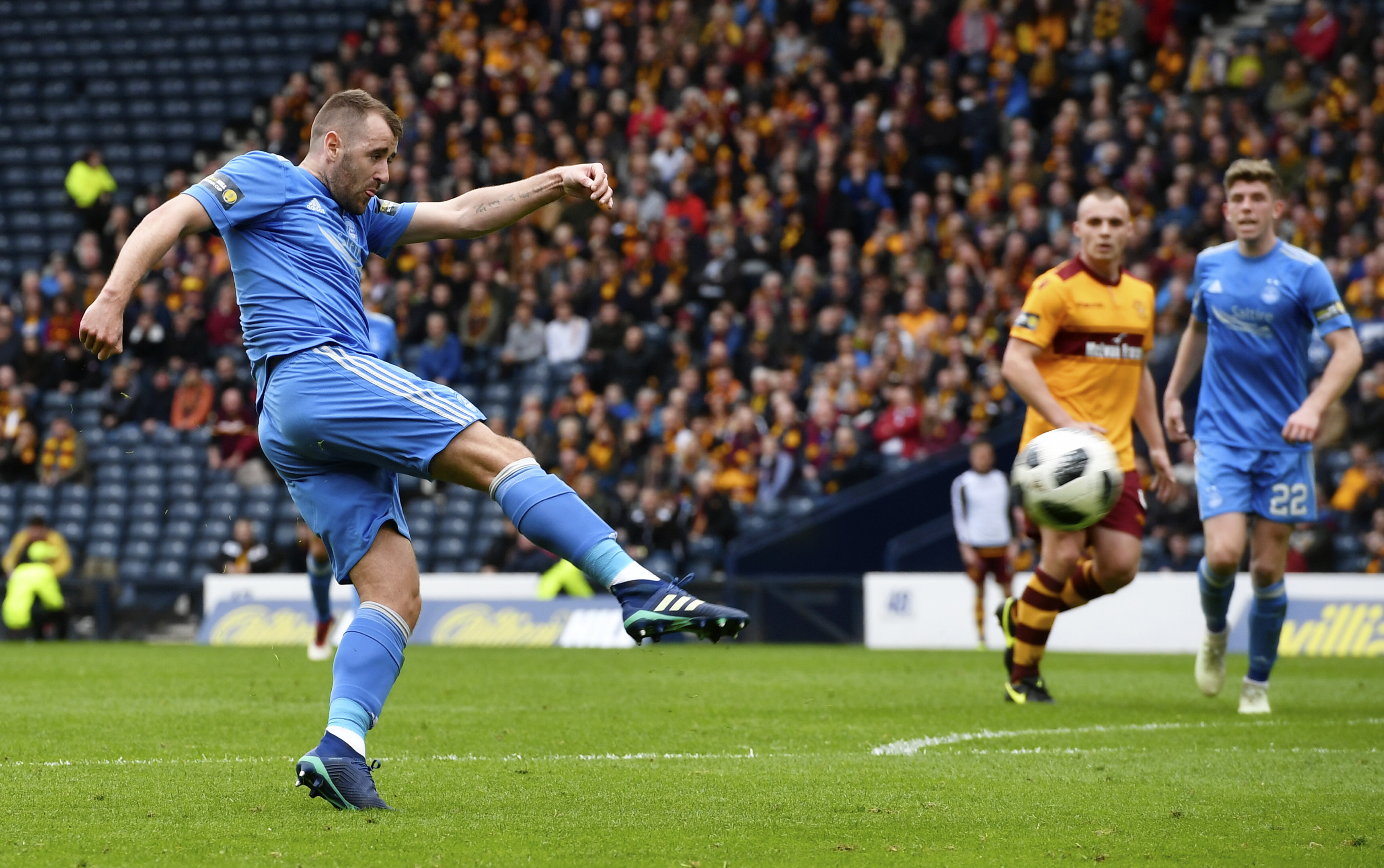 Aberdeen's Niall McGinn goes close with a chance against Motherwell.