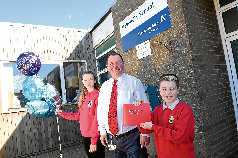 Retiring Balmedie head teacher Ken McGowan with 12-year-old pupils Zoe Boon and Arron Nicol, who were among those bidding him farewell.