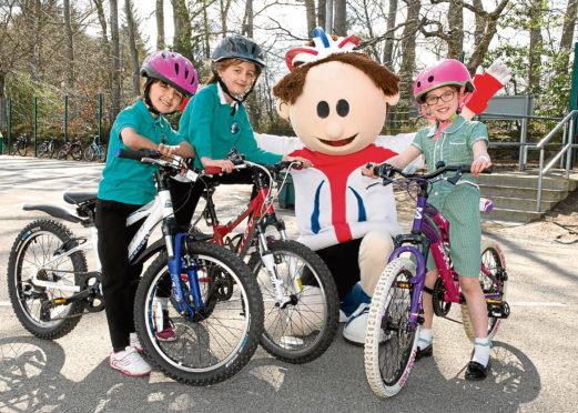 ToBi with Hazlehead Primary's Kutayun Parsa, Sophie Myles and Milli Ferguson