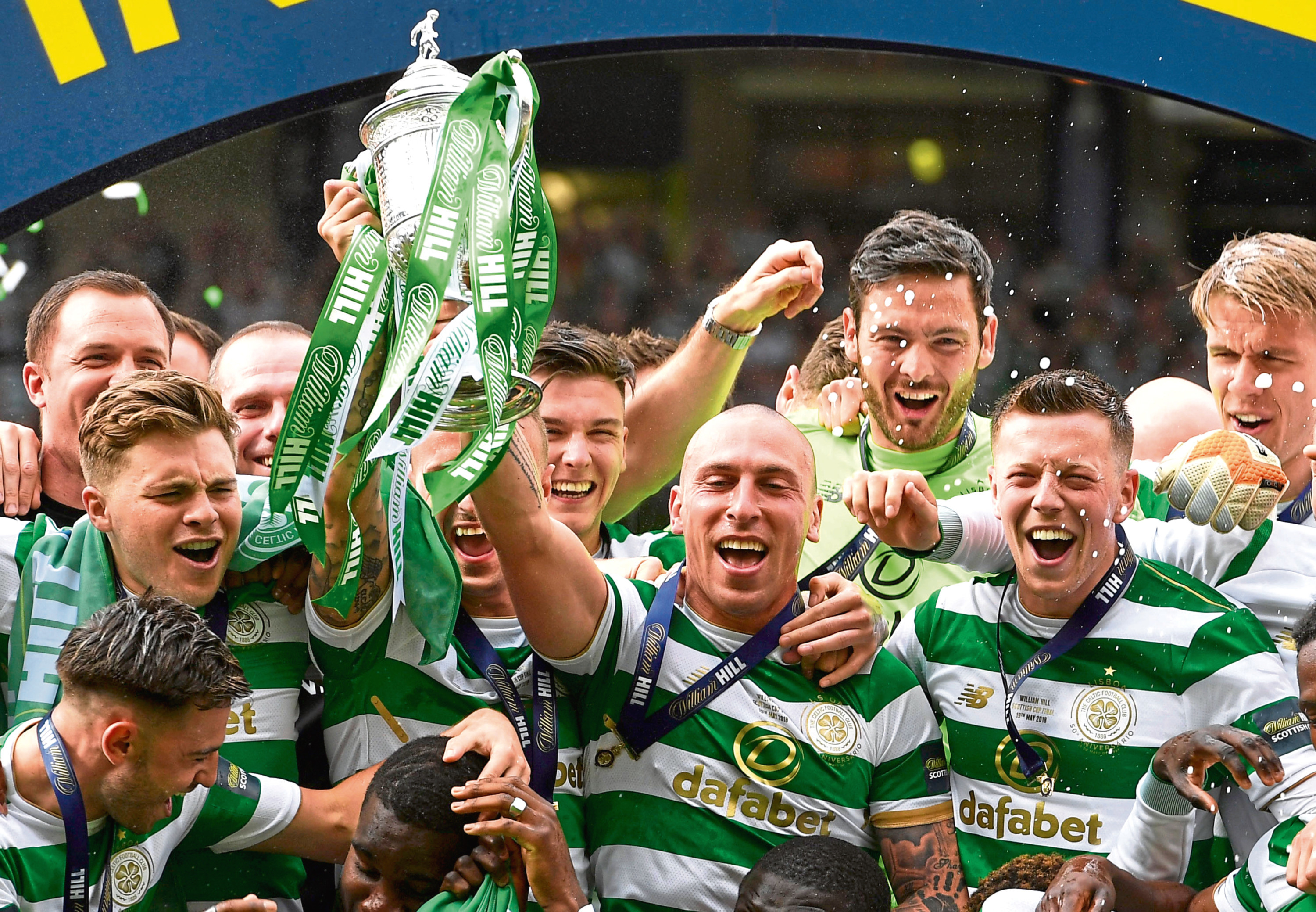 19/05/18 WILLIAM HILL SCOTTISH CUP FINAL   MOTHERWELL v CELTIC   HAMPDEN PARK - GLASGOW    Celtic Captain Scott Brown Lifts the Scottish Cup with the team.
