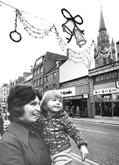 1974: Margaret Macrae and her three-year-old daughter Laura have an early look at the fancy Christmas lights