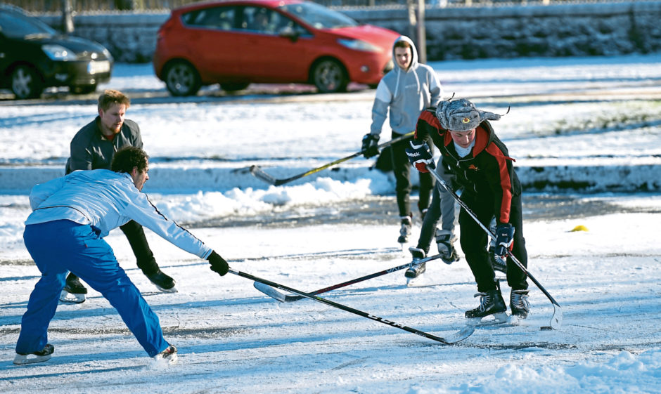 Ice hockey fans were pictured playing on the frozen pond at Duthie Park