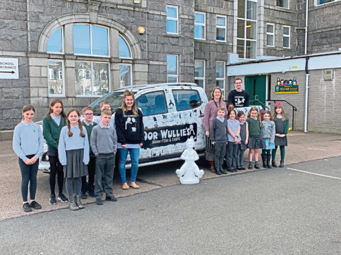 A mini sculpture of Oor Wullie has been donated  to Broomhill Primary School as part of the Scotland-wide trail to raise money for children's hospitals