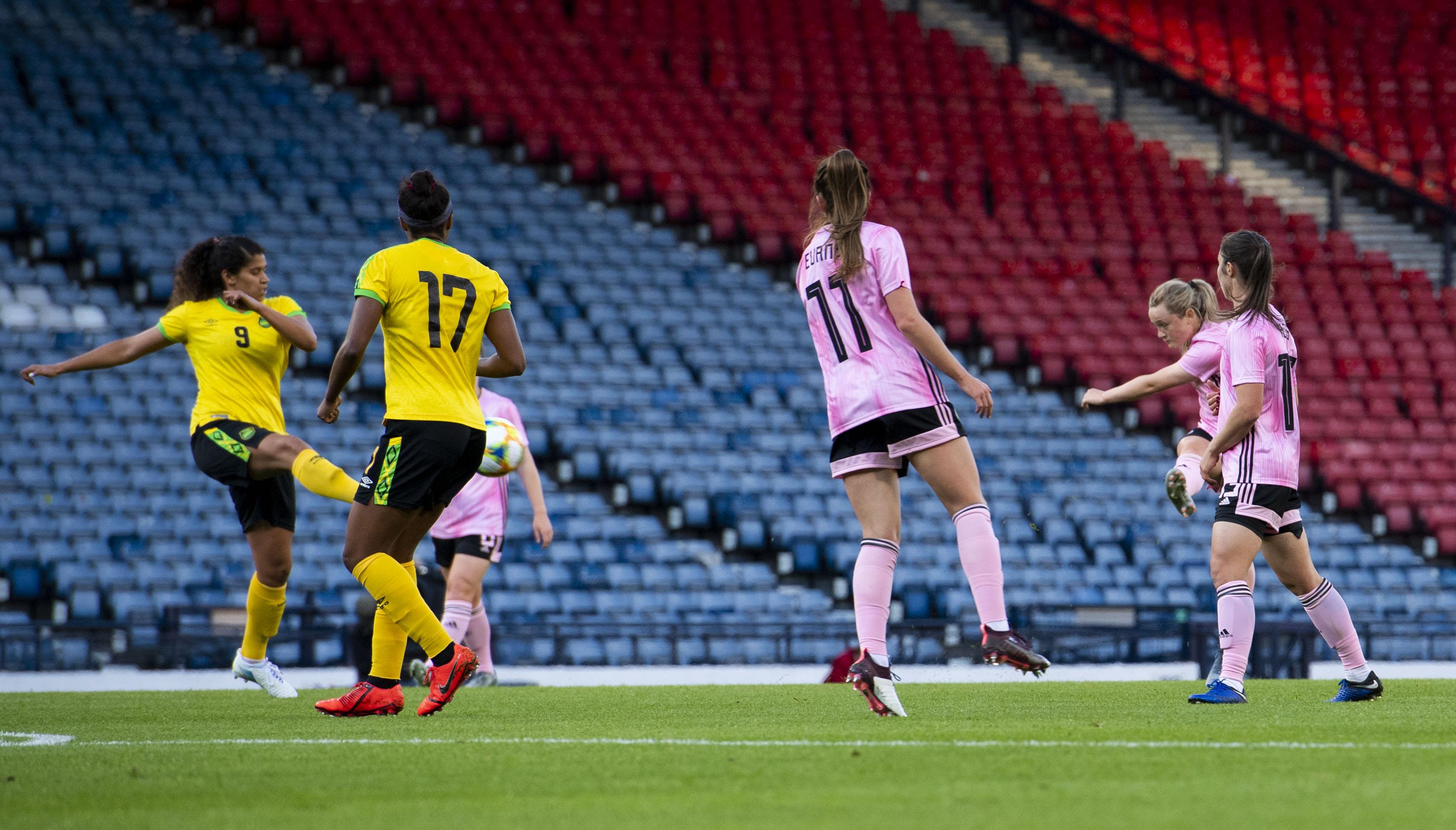 Scotland's Erin Cuthbert scores to make it 1-1