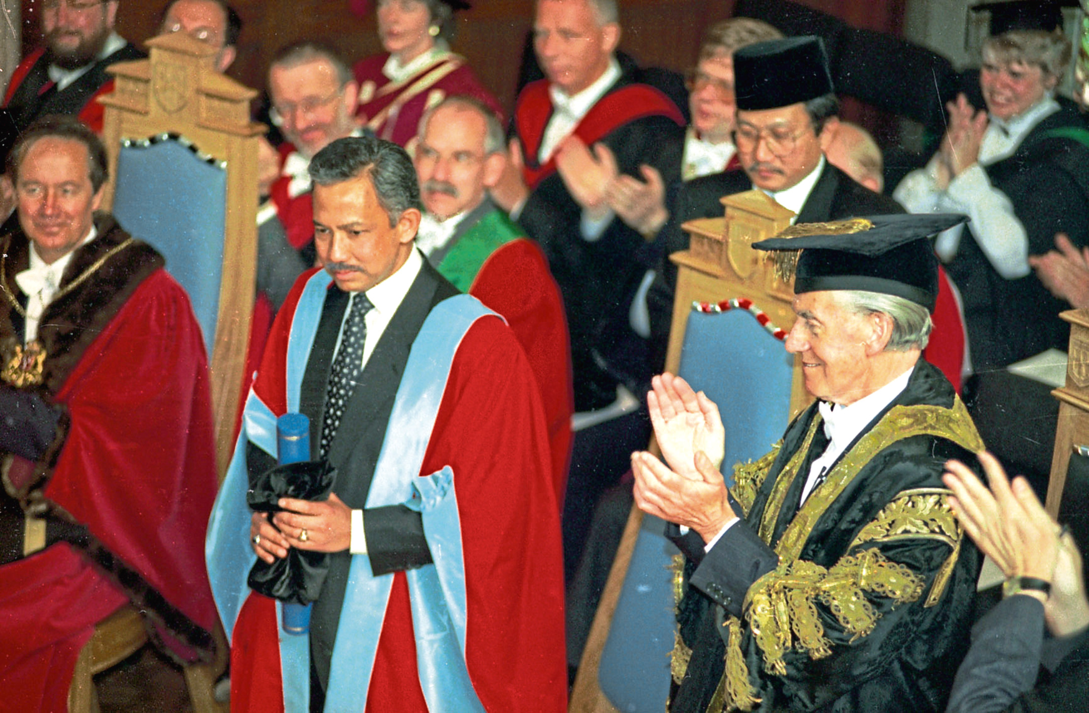 EE Memories. EE 2.4.2008. EYES RIGHT: The Sultan of Brunei, receives an Honorary Doctor of Law degree at an Aberdeen University graduation ceremony in 1995. The Sultan is applauded by university chancellor Sir Kenneth Alexander, right. ABERDEEN JOURNALS Ltd. 6.7.1995. Used EE 6.7.1995. ( 001688 Neg 19).
