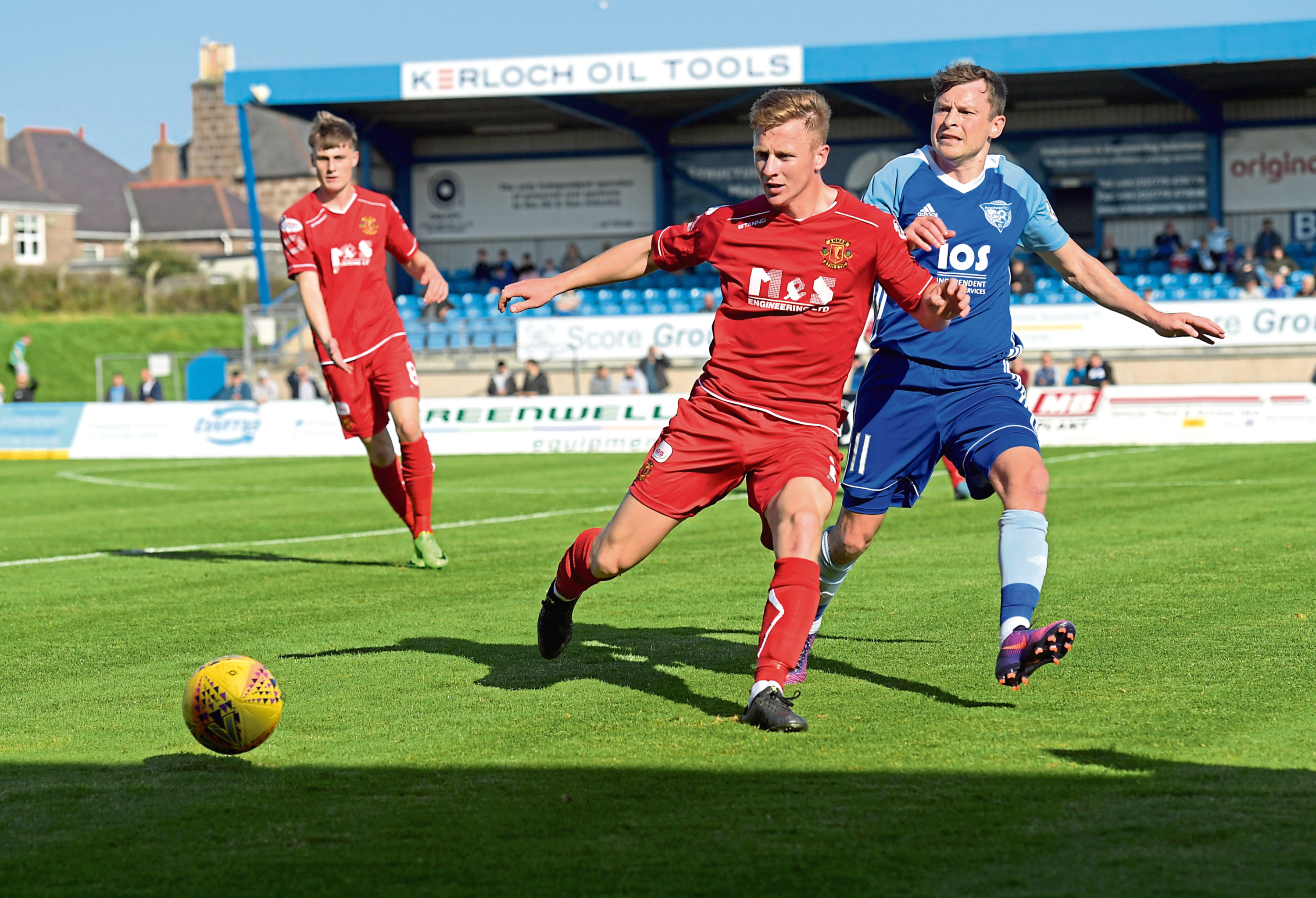 Scott Hooper in Annan colours and Peterhead's Nicky Riley.