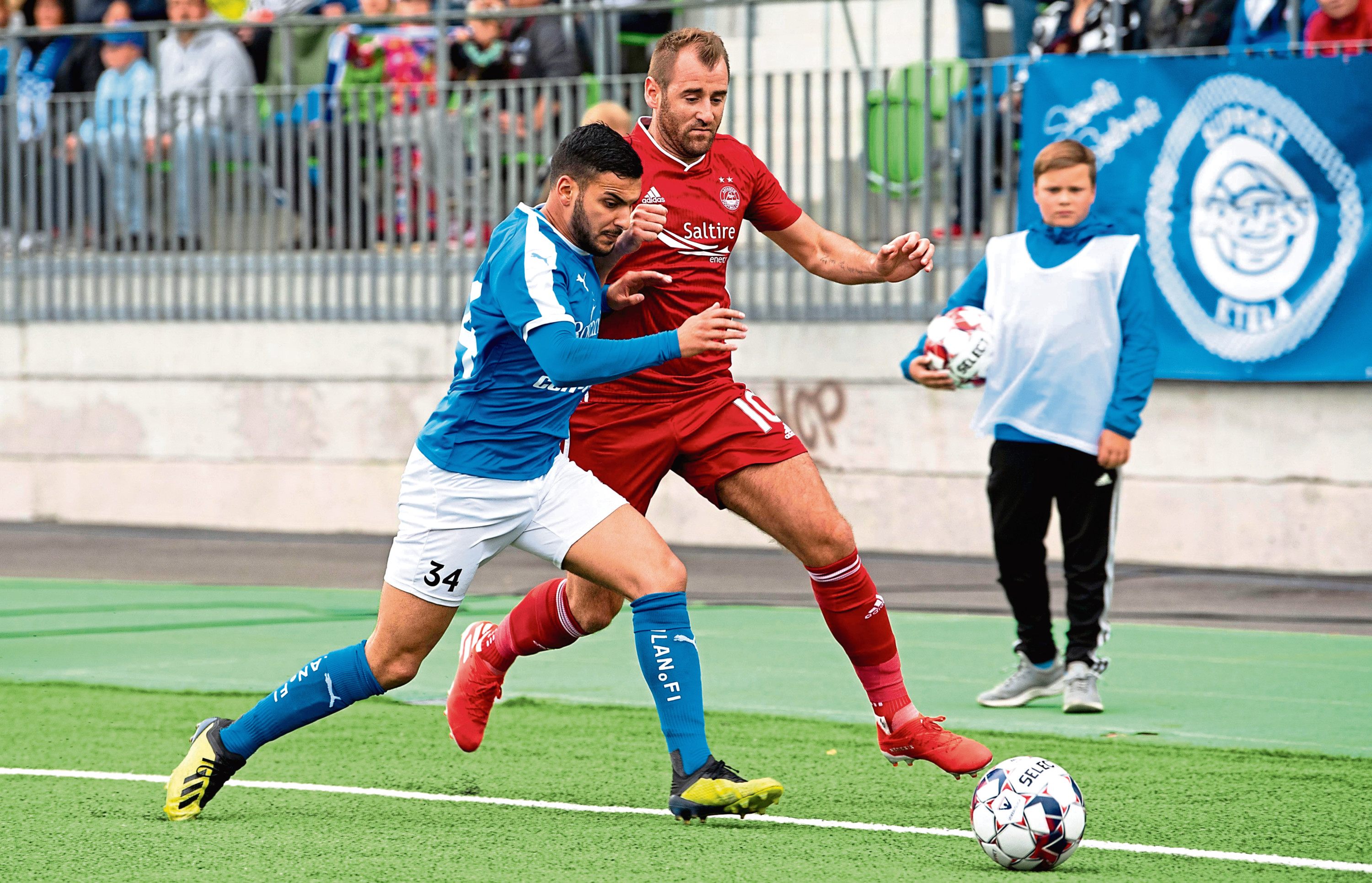 Aberdeen's Niall McGinn battles it out with RoPS' Tarik Kada, left.