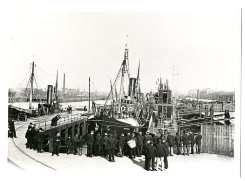 People in 1907 inspecting a trawler at Pontoon Dock No. 2 in Aberdeen Harbour