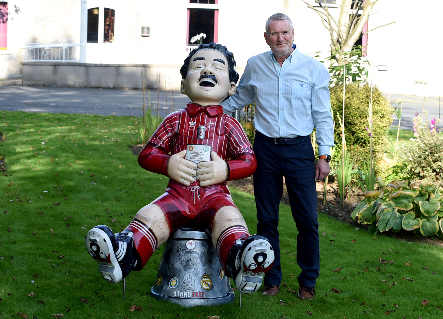 Drew Crawford of the Pinehurst Lodge Hotel with the Oor Wullie Willie Miller statue. Picture by Jim Irvine