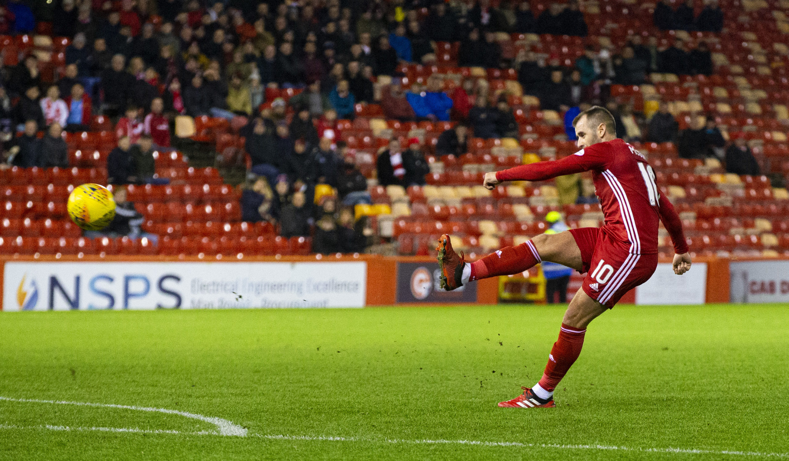 Niall McGinn in action for Aberdeen