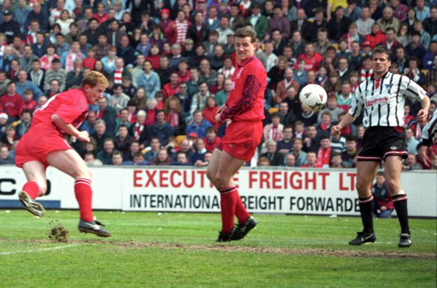 Duncan Shearer nets in the first leg.