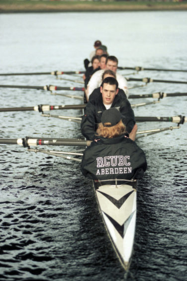 1997: The RGU team pull hard together during training.