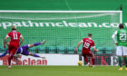 EDINBURGH, SCOTLAND - AUGUS 30: Aberdeen's Lewis Ferguson makes it 1-0 with a penalty during a Scottish Premiership match between Hibernian and Aberdeen at Easter Road on August 30, 2020, in Edinburgh, Scotland. (Photo by Mark Scates / SNS Group)