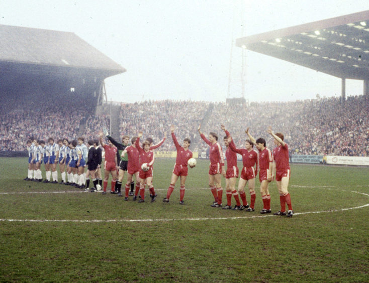 Aberdeen and Porto line up.