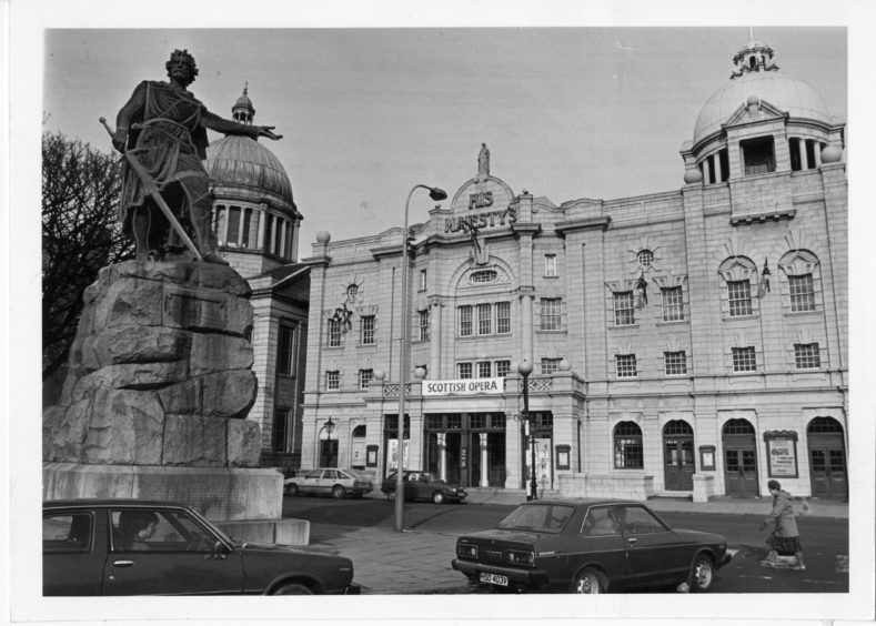 1985: Exterior of His Majesty's Theatre, Aberdeen, with Sir William Wallace's statue on the left.